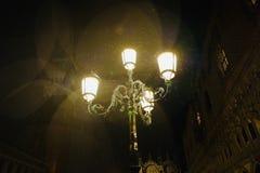 Regenachtige nacht in Venetië stock afbeelding
