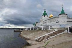 Regenachtige September-dag bij het Ipatievskiy-klooster Kostroma, de Gouden ring van Rusland Stock Foto