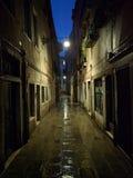 Regenachtige steeg in Venetië Stock Afbeeldingen