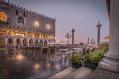 Regenachtige vroege ochtend in Venetië stock afbeeldingen