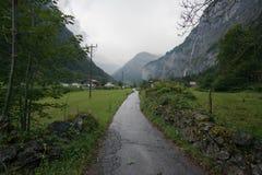 Regenachtige weg aan de berg Stock Foto's