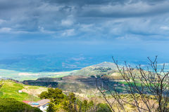 Regenachtige wolken over groene Siciliaanse heuvels in de lente Stock Afbeelding
