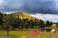 Regenachtige zware wolken boven groene berg royalty-vrije stock foto's