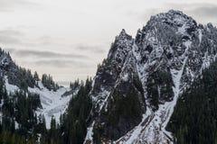 Regenachtigere lage de sneeuwdaling van MT op dichtbij door pieken Stock Afbeeldingen