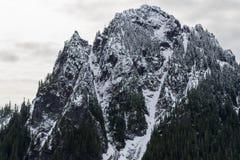 Regenachtigere lage de sneeuwdaling van MT op dichtbij door pieken Stock Foto's