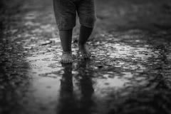 Regenbeinkinderwasserpfütze lizenzfreies stockbild