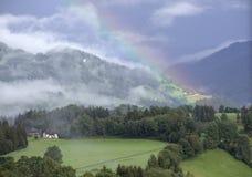 Regenbogen über österreichischen Alpen Stockfotografie