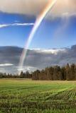 Regenbogen über Ackerland. Stockfotos