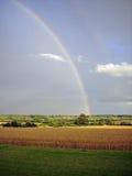 Regenbogen über Ackerland Lizenzfreies Stockbild