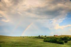 Regenbogen über Ackerland in zentralem Kentucly stockfotografie