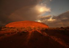 Regenbogen über Ayers Felsen Stockfoto