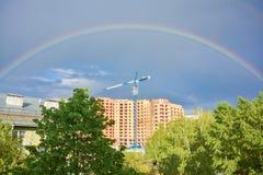 Regenbogen über Baustelle Stockbild