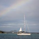 Regenbogen über Boot in den Karibischen Meeren Lizenzfreie Stockfotos