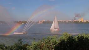 Regenbogen über Brunnen und über Segelboot stock video footage