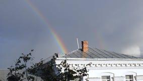 Regenbogen über dem Dach stock video