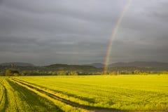 Regenbogen über dem Feld Italien Stockfoto