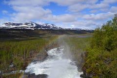 Regenbogen über dem Fluss Lizenzfreie Stockfotografie
