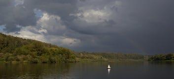 Regenbogen über dem Fluss nach dem Regen Stockfotos