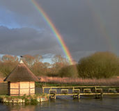 Regenbogen über dem Fluss-Test Hampshire Großbritannien Lizenzfreie Stockfotos