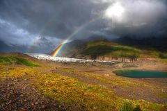 Regenbogen über dem Gletscher Stockfotos