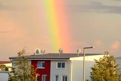 Regenbogen über dem Haus Lizenzfreie Stockfotos
