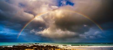 Regenbogen über dem Meer lizenzfreie stockfotografie