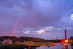 Regenbogen über dem Merrimack Stockbild