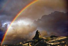 Regenbogen über dem Nebel Stockbilder