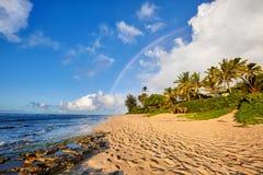 Regenbogen über dem populären surfenden Platz Sonnenuntergang-Strand, Oahu, Hawaii lizenzfreie stockfotografie