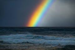 Regenbogen über dem rauen Pazifischen Ozean stockfotografie