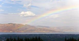 Regenbogen über dem See Stockfoto