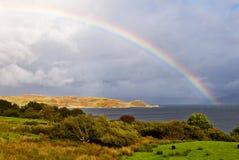 Regenbogen über dem See Stockbilder