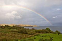 Regenbogen über dem See lizenzfreie stockfotografie