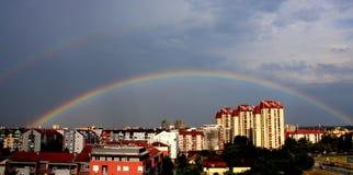 Regenbogen über dem Stadthimmel Stockfotos