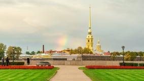Regenbogen über dem Tempel Stockfotos