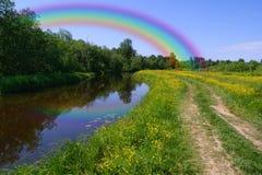 Regenbogen über dem Wald, Valday, Russland lizenzfreie stockfotos