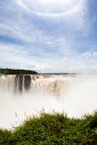 Regenbogen über dem Wasserfall stockfotografie