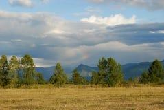 Regenbogen über den Bergen stockfotografie