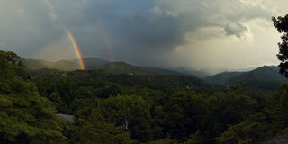 Regenbogen über den Bergen Stockfoto