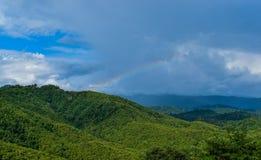 Regenbogen über den Bergen, Ansicht nach Regen Stockbilder