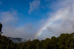 Regenbogen über den Hügeln Stockbild
