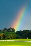 Regenbogen über den Wäldern Stockfoto