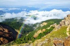 Regenbogen über der Bletterbach-Schlucht in den Dolomit Italien Lizenzfreies Stockfoto