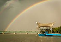 Regenbogen über der Donau lizenzfreies stockbild