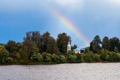 Regenbogen über der Kirche Lizenzfreies Stockfoto