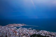 Regenbogen über der Stadt Stockbilder