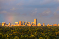 Regenbogen über der Stadt stockfoto