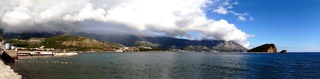 Regenbogen über der Stadt von Budva Lizenzfreie Stockfotografie