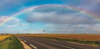 Regenbogen über der Straße Stockbild