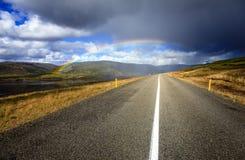 Regenbogen über der Straße Lizenzfreie Stockbilder
